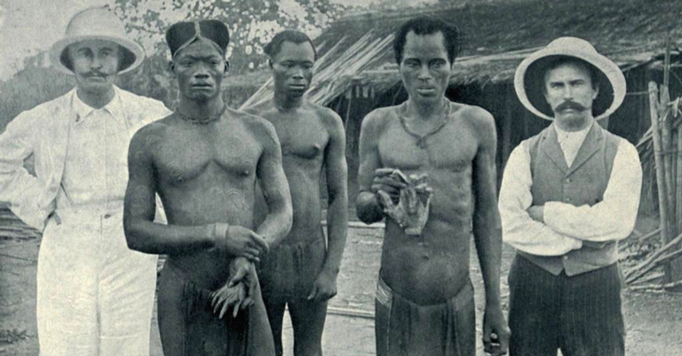 Congoleses segurando as mãos amputadas de outros nativos