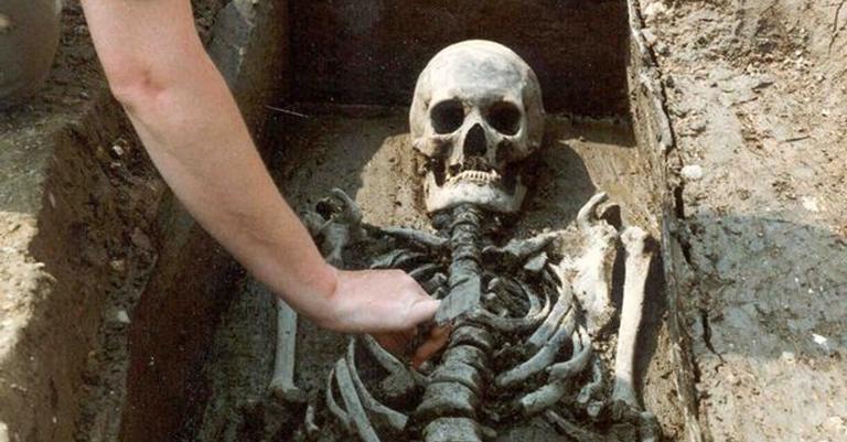 Um dos esqueletos encontrados no local de escavação