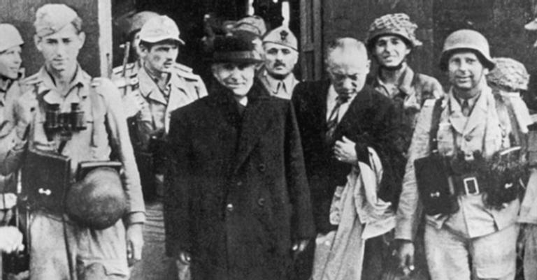 Mussolini saindo do cativeiro