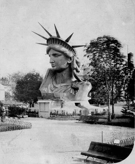 A cabeça da estátua é exibida na Exposição Mundial de Paris