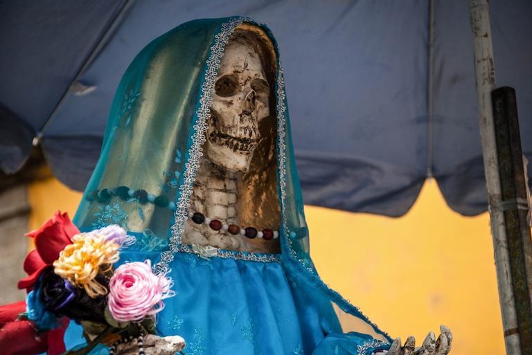 Santa Muerte: uma figura esquelética sob um longo manto