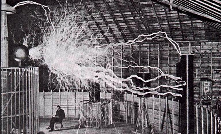 Nikola Tesla posando em seu laboratório em Colorado Springs