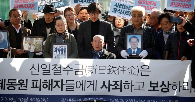 Lee Choon-shik, no centro, é o único ex-operário sobrevivente