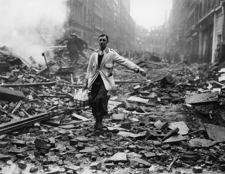 Foto de Fred Morley, cena de um leiteiro em meio aos escombros em Londres