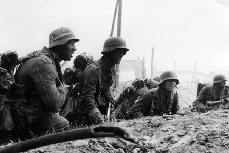 Soldados alemães em posição de ataque