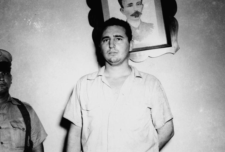 Fidel aos 26 anos, aguardando sua sentença. O quadro atrás dele é do herói da independência José Martí