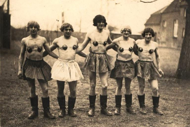 Fotos de soldados vestidos de mulher, do livro de Martin Dammann