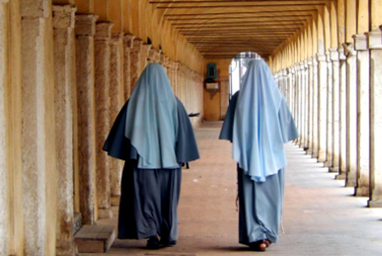 Duas freiras em um convento moderno