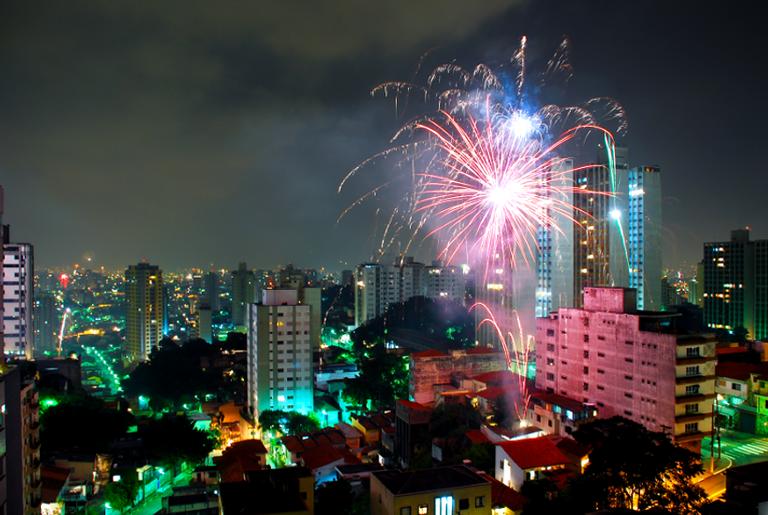 Fogos de artifício iluminam a cidade de São Paulo na virada do ano