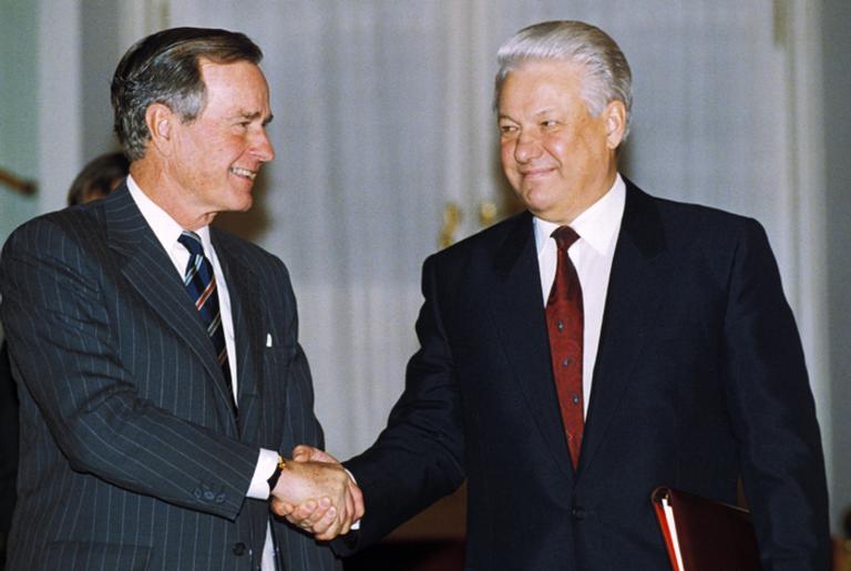 George Bush e Boris Yeltsin se cumprimentam, em 1993