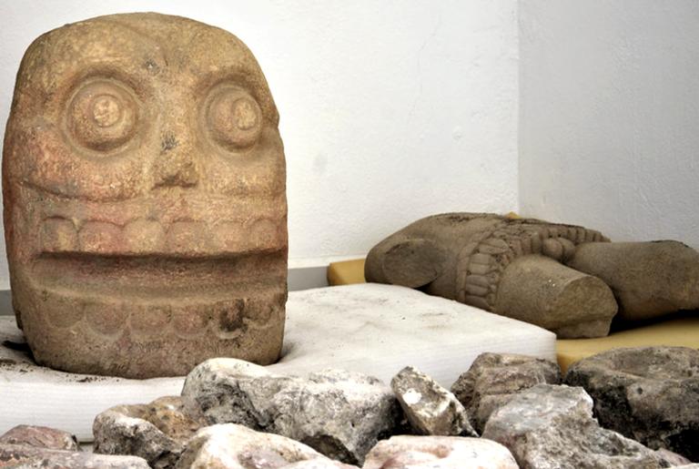 Um entalhe em forma de caveira e um baú de pedra representando o Lorde Esfolado