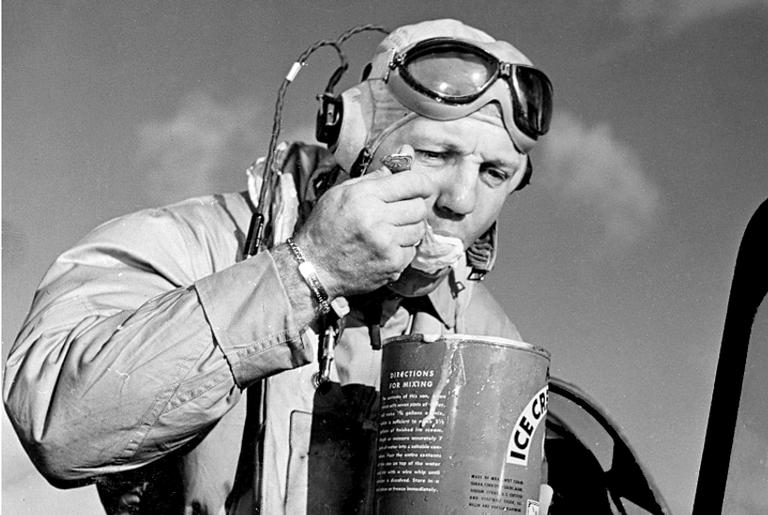 Piloto da Marinha toma sorvete feito pelos fuzileiros navais