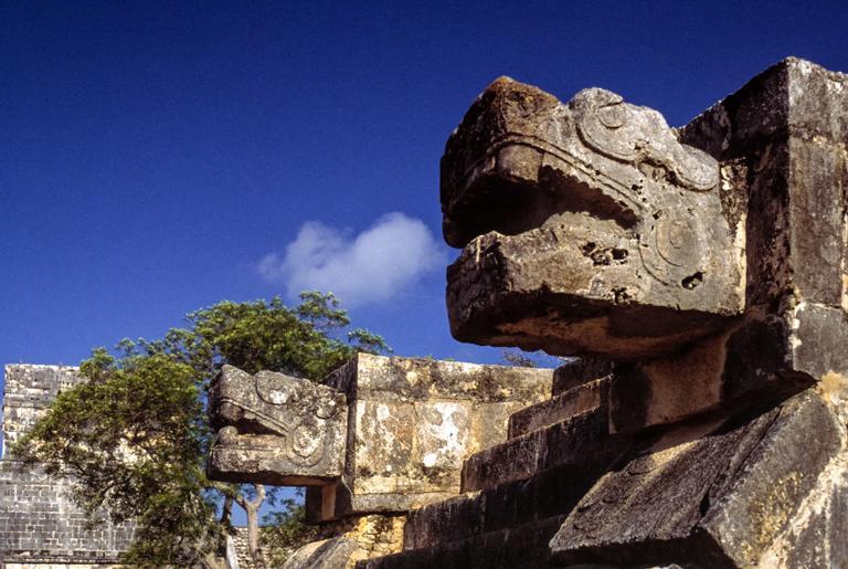 Plataforma das águias em Chichen Itza, uma das grandes cidades maias