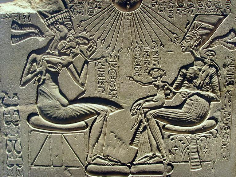 Amenhotep IV e Nefertiti com os filhos / Crédito: Wikimedia Commons