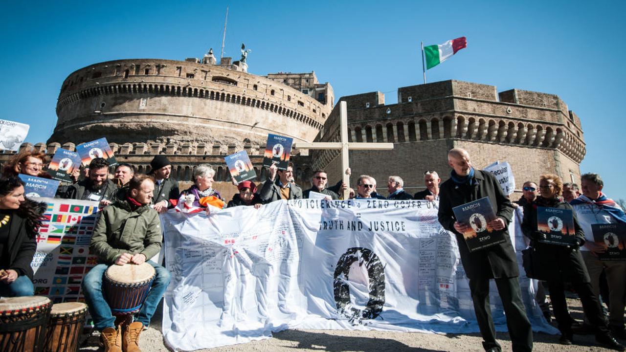 Vítimas de abuso sexual realizam marcha em Roma